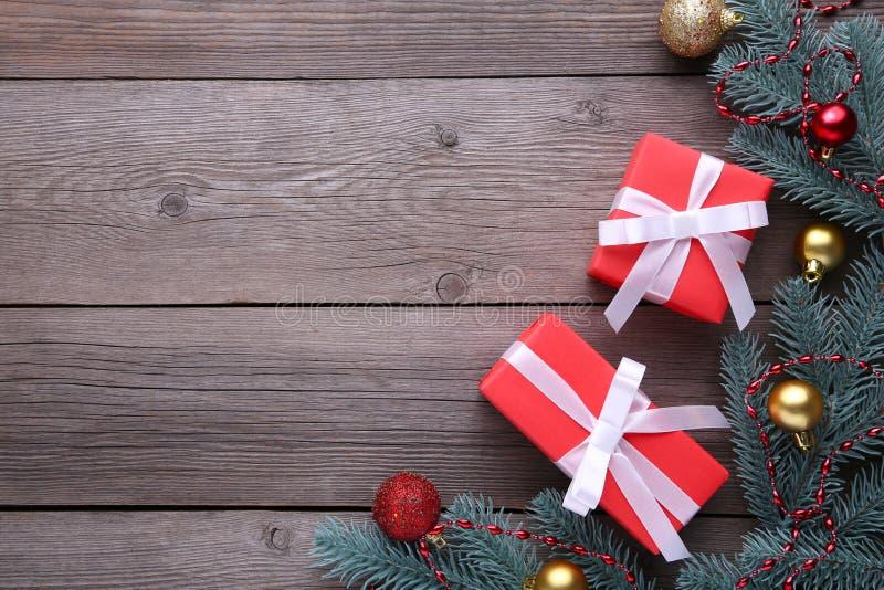 Weihnachtsgeschenke stellt sich mit Dekorationen auf einem grauen Hintergrund dar lizenzfreies stockfoto