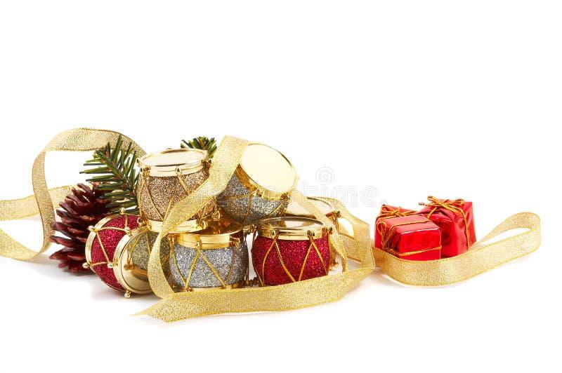 Weihnachtsgeschenke, Trommeln, Kieferkegel stockfotos