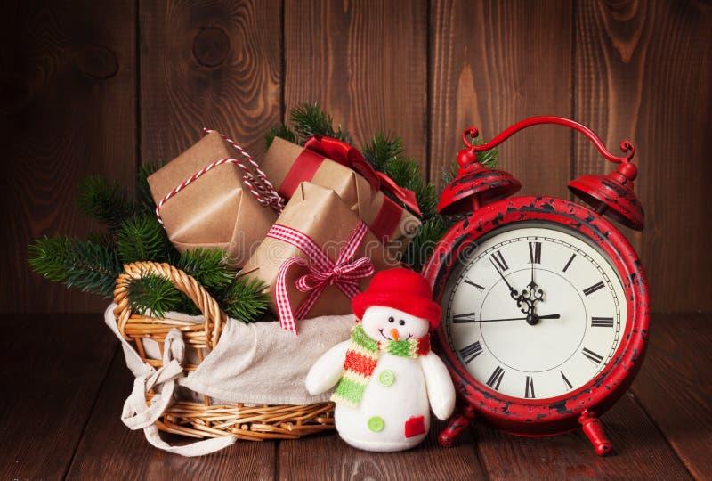 Weihnachtsgeschenke und -baum mit Wecker und Schneemann lizenzfreie stockfotos