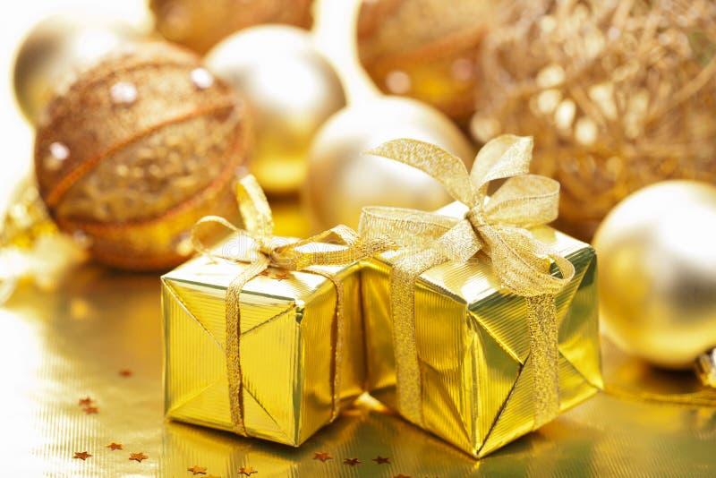 Weihnachtsgeschenke und -dekoration lizenzfreie stockfotografie