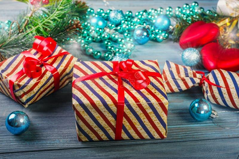 Weihnachtsgeschenke und -dekorationen stockfotos