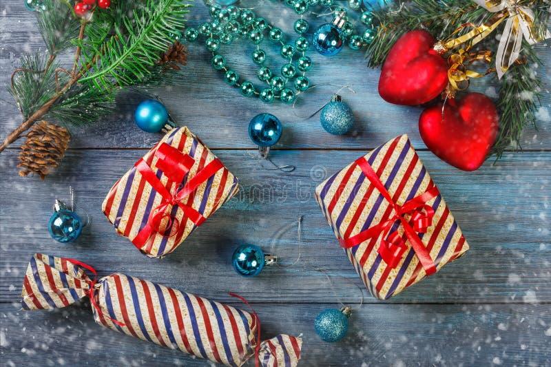 Weihnachtsgeschenke und -dekorationen stockbilder