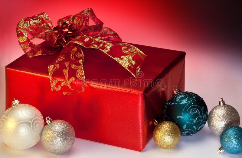 Weihnachtsgeschenke und -dekorationen lizenzfreie stockfotos