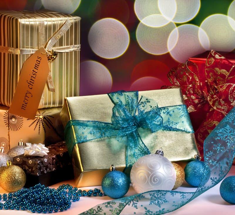 Weihnachtsgeschenke und -dekorationen lizenzfreie stockbilder