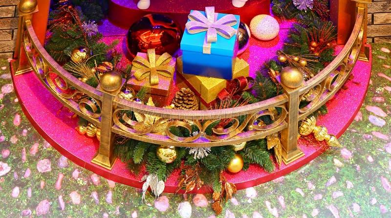 Weihnachtsgeschenke und -dekorationen stockfoto