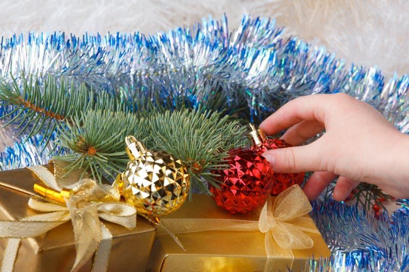 Weihnachtsgeschenke und -dekorationen in den Kinderhänden stockfotos
