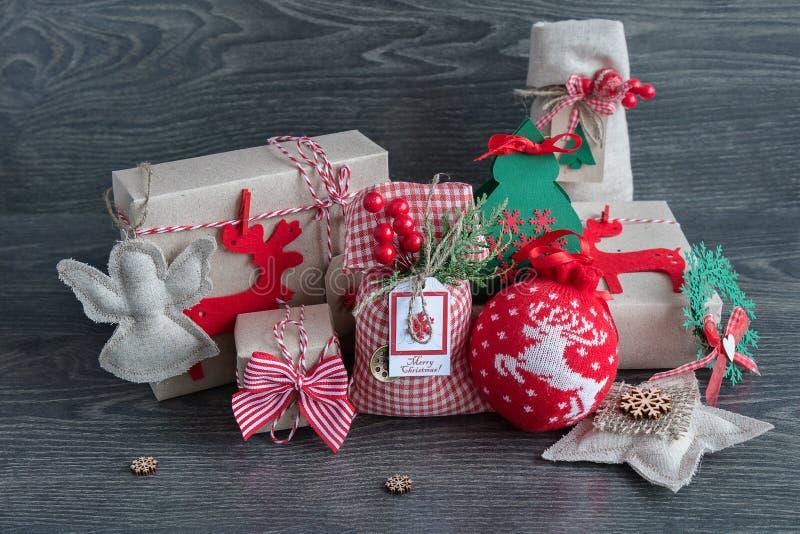 Weihnachtsgeschenke und -spielwaren stockfotografie