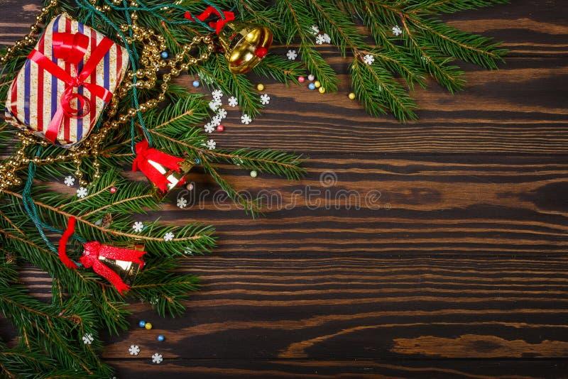 Weihnachtsgeschenke und Weihnachtsbaumaste lizenzfreie stockfotografie