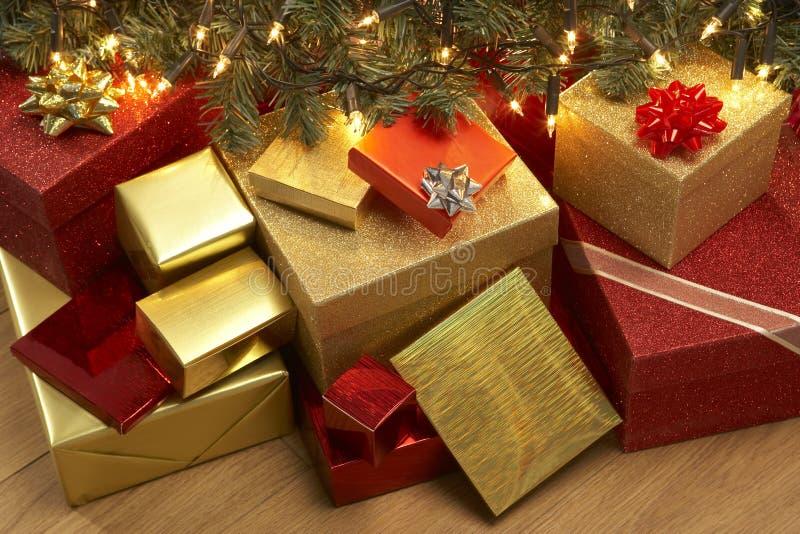 Weihnachtsgeschenke unter Baum stockfotos