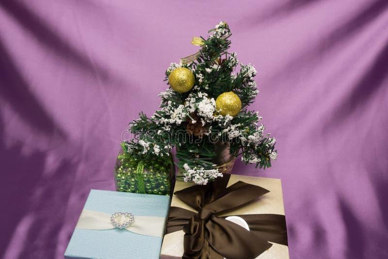 Weihnachtsgeschenke unter dem Baum stockbild