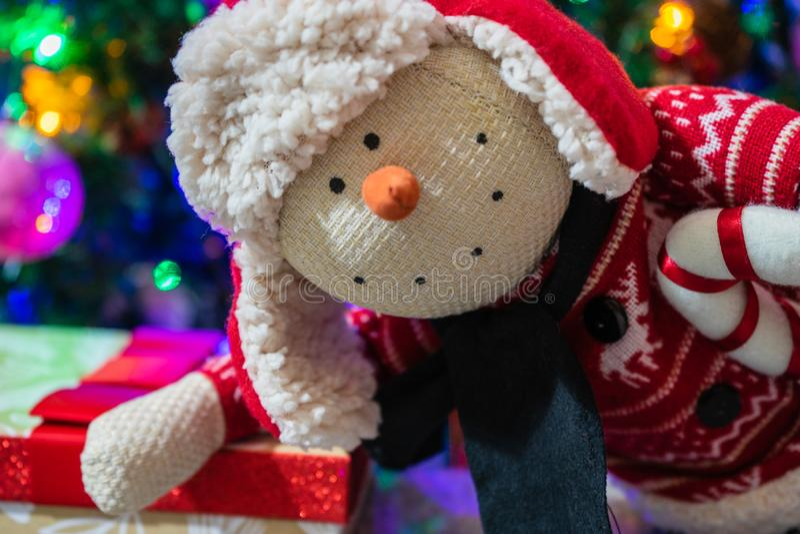 Weihnachtsgeschenke unter dem Baum Weihnachtsgeschenke für ganze Familie Snowman Plush Toy lizenzfreies stockbild