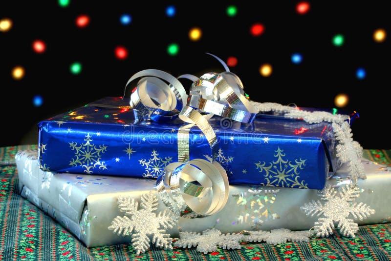 Weihnachtsgeschenke vor Leuchten lizenzfreies stockfoto