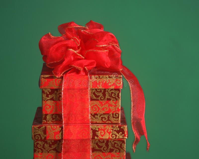 Weihnachtsgeschenkkästen auf einem grünen Hintergrund stockbild