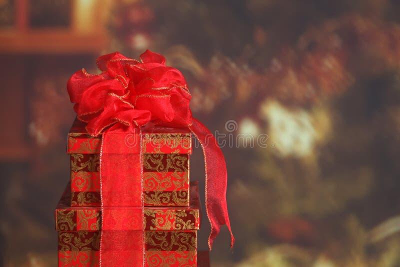 Weihnachtsgeschenkkästen in einem Familienraum stockbild