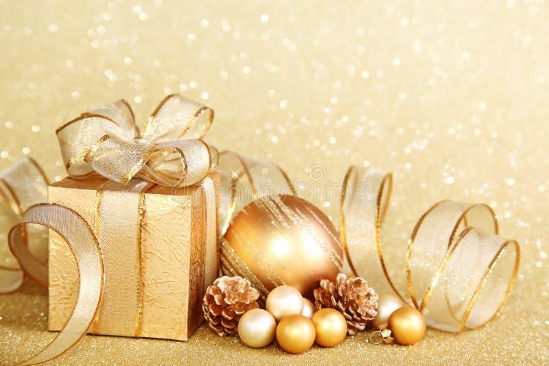 Weihnachtsgeschenkkasten mit Weihnachtskugel lizenzfreies stockbild