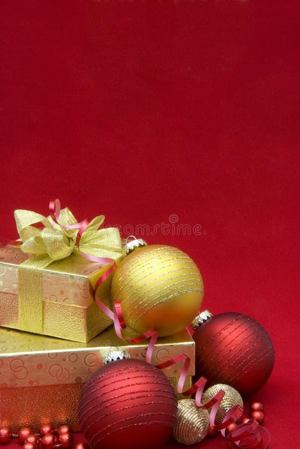 Weihnachtsgeschenkkasten mit Weihnachtskugeln lizenzfreie stockfotografie