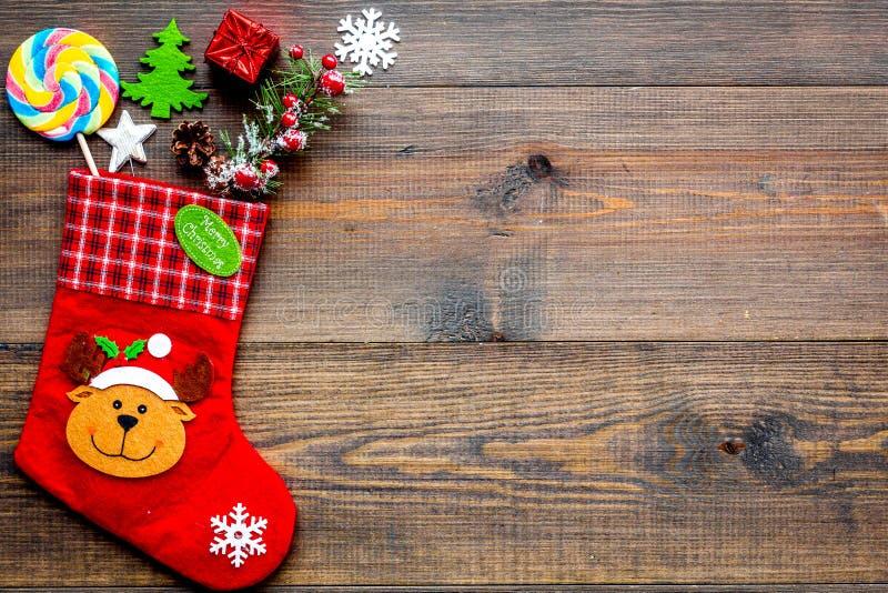 Weihnachtsgeschenkkonzept, Weihnachtsüberraschungen Traditionelle festliche Socken an gefüllt mit Geschenkbox, Bonbons, Winterdek lizenzfreies stockfoto