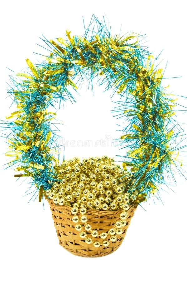 Weihnachtsgeschenkkorb mit Goldkornen trennte stockfoto