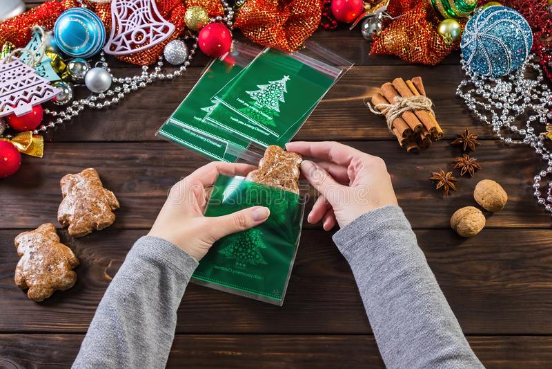 Weihnachtsgeschenklebkuchen Set vektorelemente auf einem festlichen Hintergrund Kekse in der festlichen Verpackung stockbilder