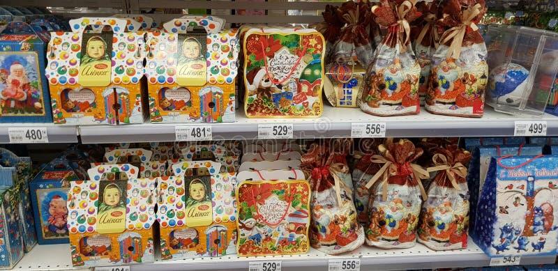 Weihnachtsgeschenkverpackung mit Bonbons im Supermarkt stockbilder