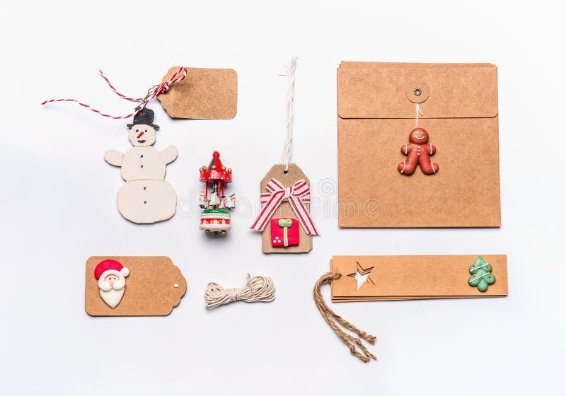Weihnachtsgeschenkverpackungskonzept Flache Lage des verschiedenen Handwerk eco Papier-Papppakets und der Tags, Weinleseschneeman lizenzfreie stockfotos