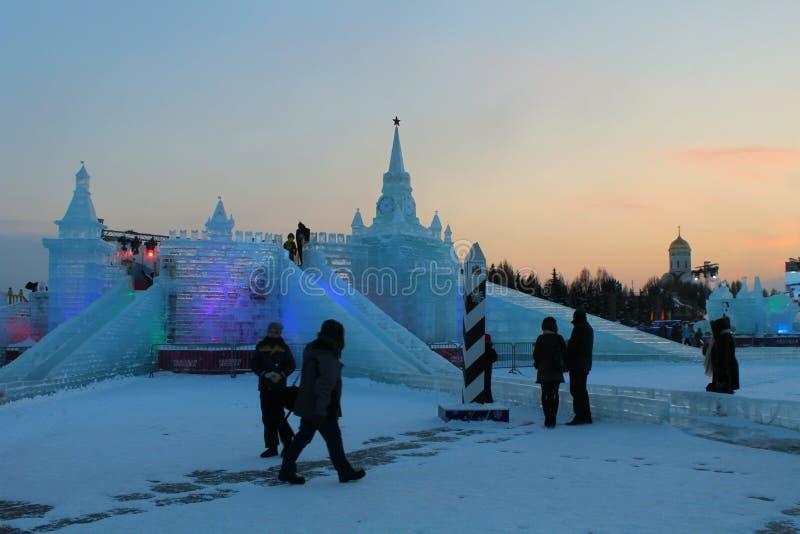 Weihnachtsgeschichte mit fabelhaften ise Skulpturen in Form eines Märchenschlosses stockbild