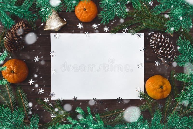 Weihnachtsgeschmack für Gruß, Tannenzweige, Papier, Schneeflocken, Zapfen, Glocke, Zitrusfrüchte und Dekoration lizenzfreies stockbild
