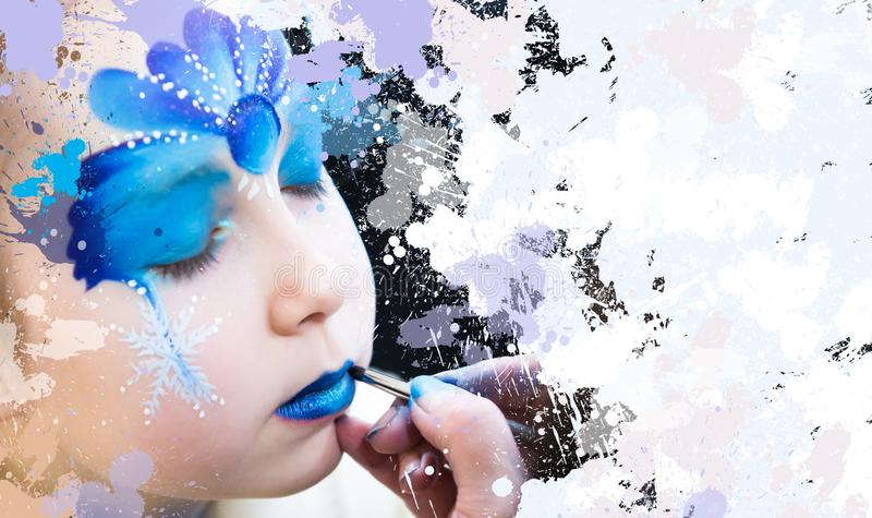 Weihnachtsgesichtsmalerei, Porträt des kleinen Mädchens während der Gesichtsmalereisitzung lizenzfreies stockbild