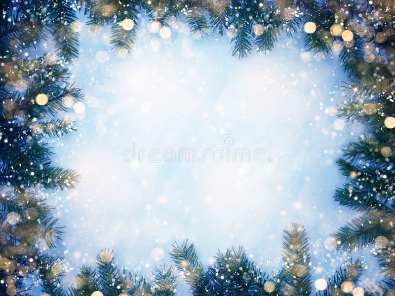 Weihnachtsgirlande beleuchtet auf Tannenzweigen auf hölzernem Hintergrund lizenzfreie stockfotografie
