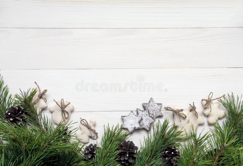 Weihnachtsgirlande, Dekoration, Tannenbaum und Zuckerglasurplätzchen auf weißem hölzernem Hintergrund Draufsicht, Kopienraum stockfoto