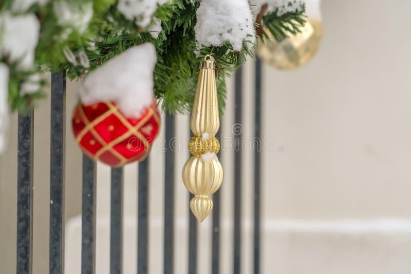 Weihnachtsgirlande mit den Roten und Goldverzierungen lizenzfreies stockbild