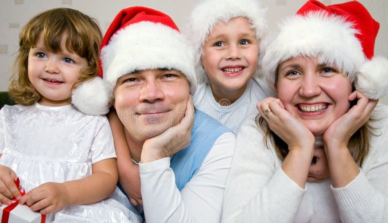 Weihnachtsglückliche Familie stockfotografie