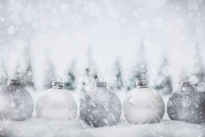 Weihnachtsglaskugeln Winterin der miniaturwaldlandschaft mit Schnee lizenzfreie stockfotos