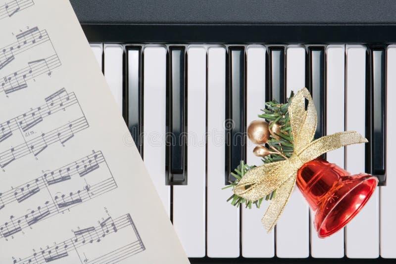 Weihnachtsglocke auf Tastatur stockbilder