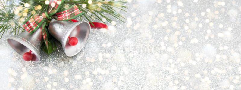 Weihnachtsglockendekoration mit festlichem Hintergrund stock abbildung