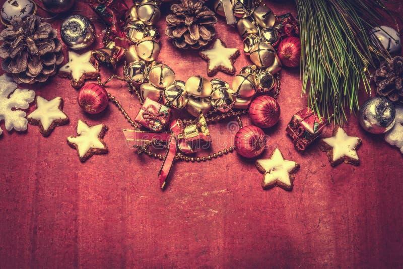 Weihnachtsglockenkranz und -dekorationen auf rotem hölzernem Hintergrund, Draufsicht lizenzfreie stockfotografie