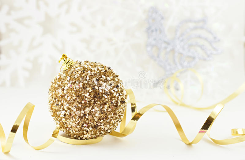 Weihnachtsgoldener Ball mit Hahn lizenzfreie stockfotos