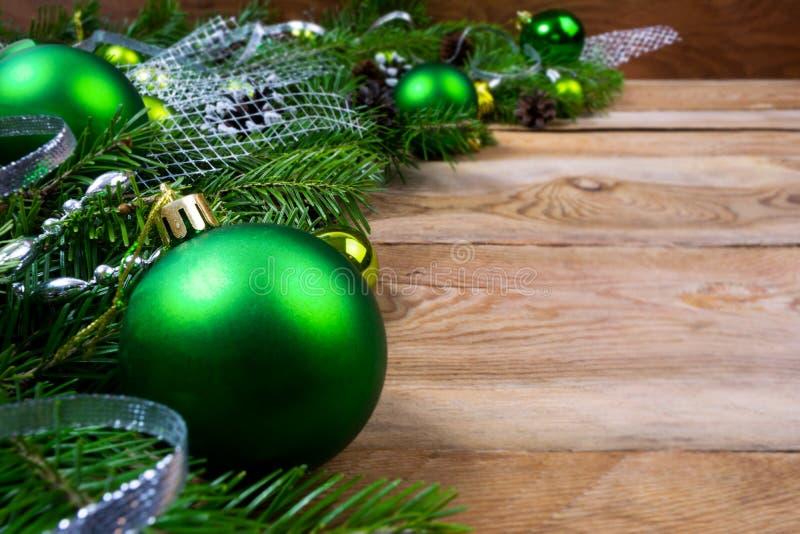 Weihnachtsgrüner Flitter auf hölzernem Hintergrund, Kopienraum lizenzfreie stockbilder