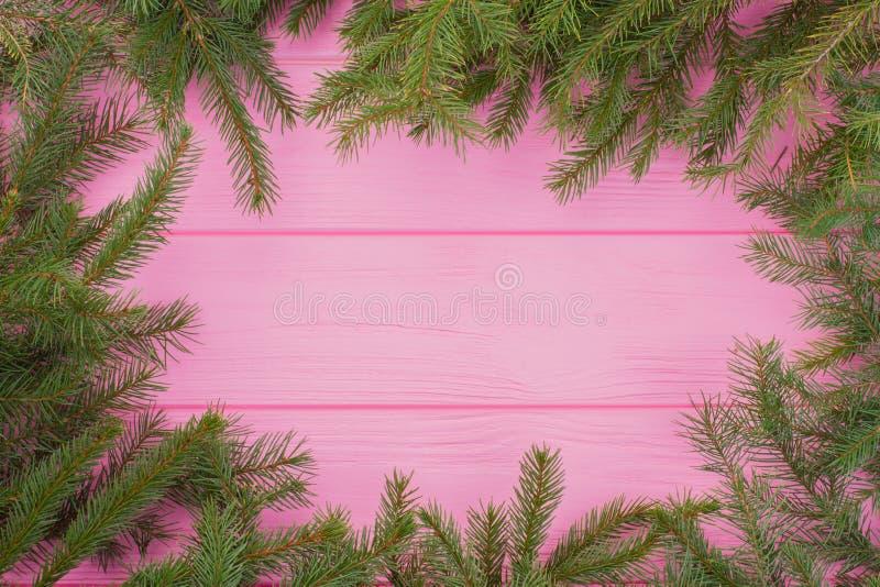 Weihnachtsgrüner Rahmen auf rosa Hintergrund stockbilder