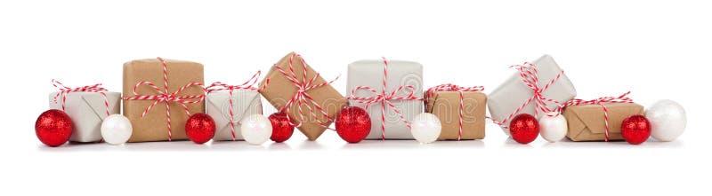 Weihnachtsgrenze mit den braunen und weißen Geschenkboxen auf Weiß stockfotos