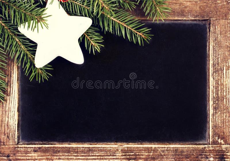 Weihnachtsgrenze mit Tannen-Baum auf Weinlese-Weihnachtstafel f lizenzfreie stockfotografie