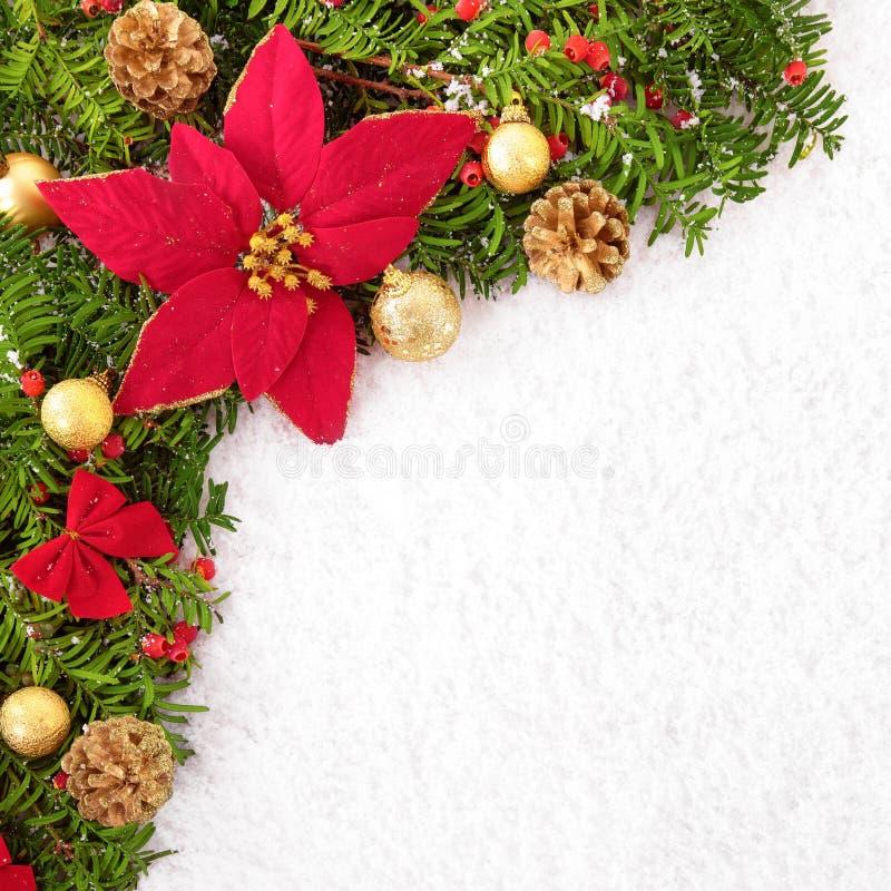Weihnachtsgrenze mit traditionellen Dekorationen und Poinsettia auf t stockfotos