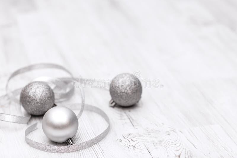 Weihnachtsgrenze mit traditionellen Dekorationen und silbernen Bällen lizenzfreie stockfotografie