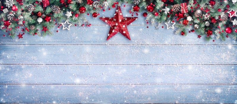 Weihnachtsgrenze - Tannenzweige und Verzierung stockfotos