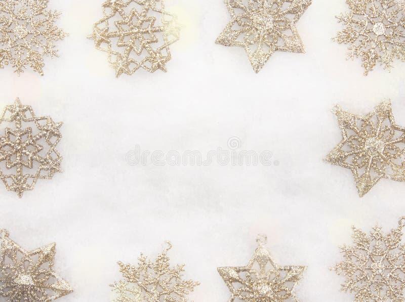 Weihnachtsgrenze von Schneeflocken-Verzierungen stockfotos