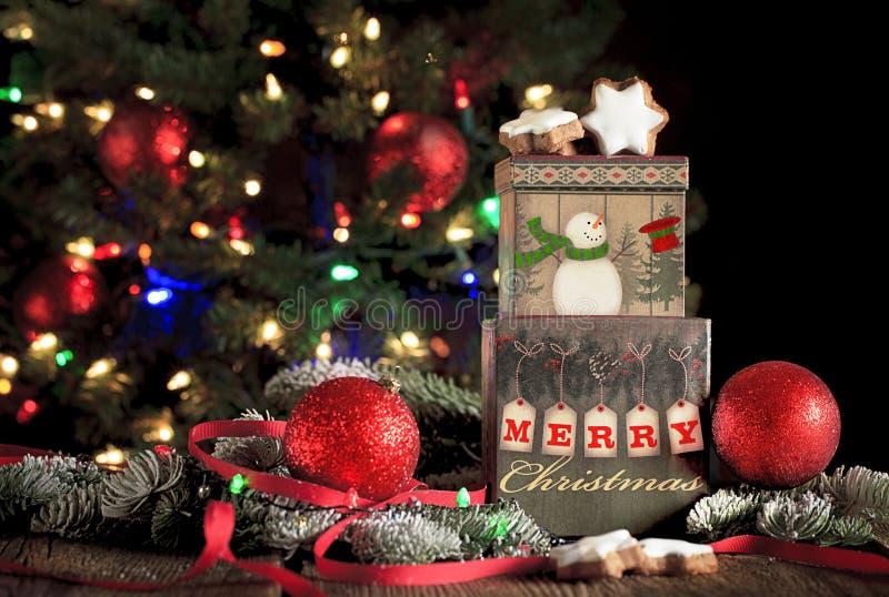 Weihnachtsgruß auf Geschenkboxen stockfotografie