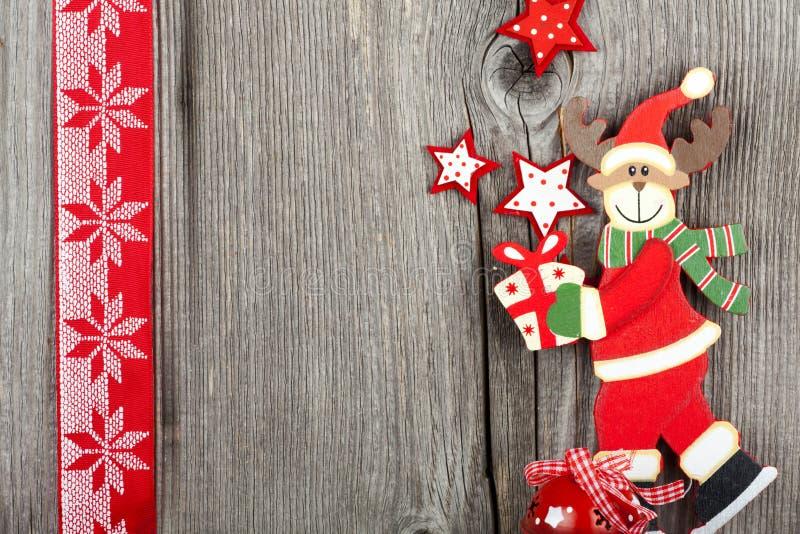 Weihnachtsgruß-Karte mit einer hölzernen Ren-Form stockfotos