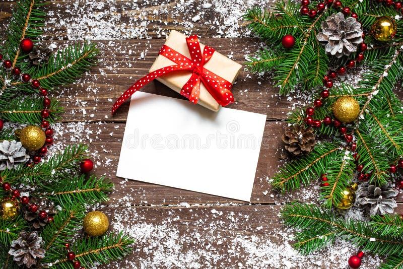 Weihnachtsgrußkarte mit Geschenkbox und Dekoration stockfoto