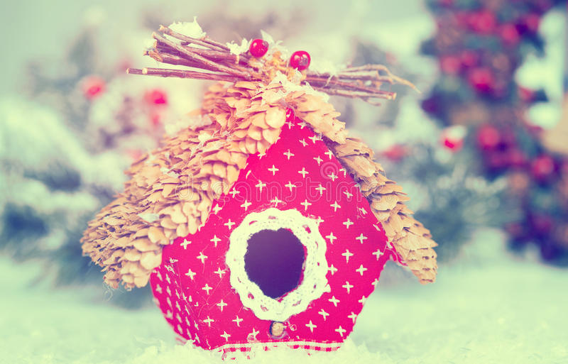 Weihnachtsgrußkarte mit handgemachtem Vogelhaus lizenzfreies stockbild