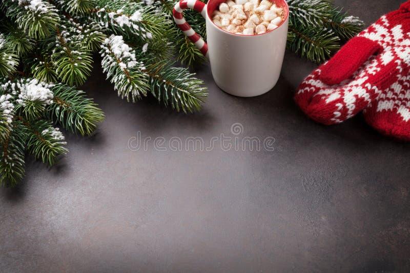 Weihnachtsgrußkarte mit Tannenbaum und heißer Schokolade lizenzfreie stockbilder